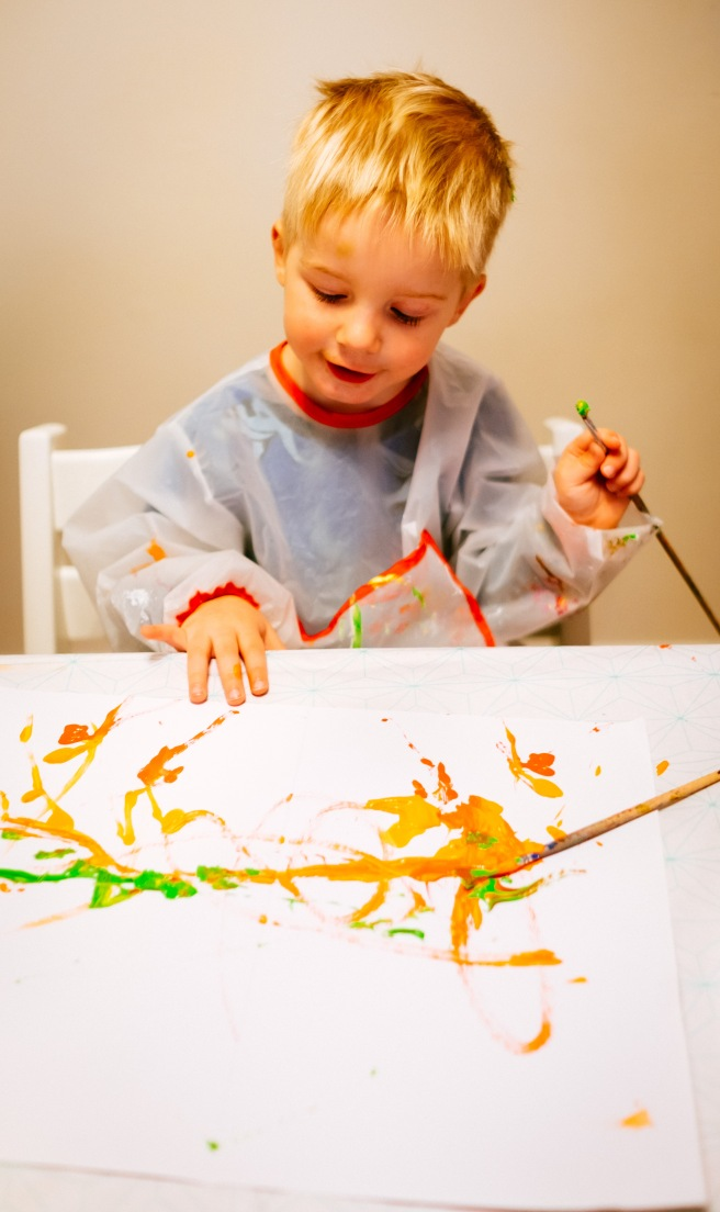 Met kleine kindjes schilderen
